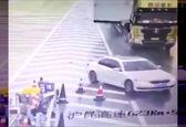 کار خطرناک یک راننده در بزرگراه باعث حادثه شد+ فیلم