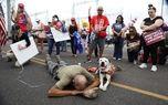 دعای عجیب هوادار ترامپ و سگش در خیابان+عکس